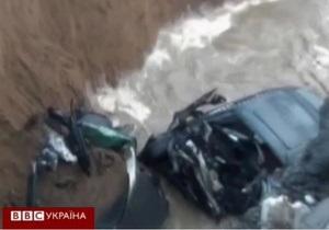 В Китае машины свадебного кортежа упали в реку вместе с мостом