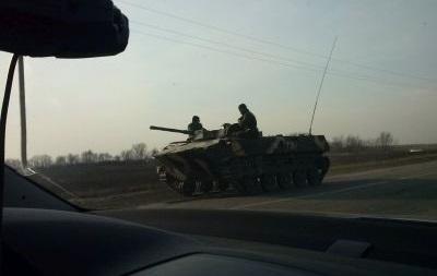 Местные жители блокируют движение бронетехники в Артемовском районе