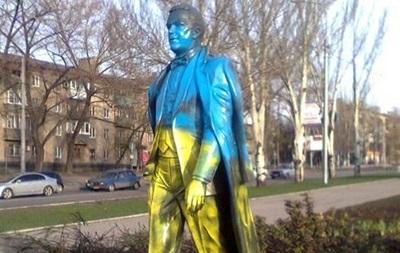 В Донецке памятник Кобзону покрасили в цвета украинского флага