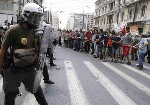 Тысячи демонстрантов собрались возле здания парламента в центре Афин