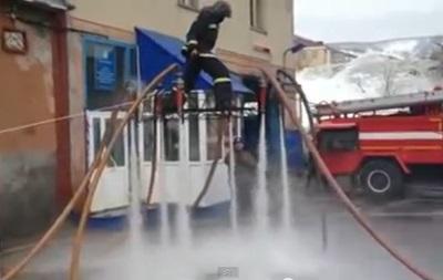 Российский пожарный соорудил  ковер-самолет  из шлангов и взлетел в воздух