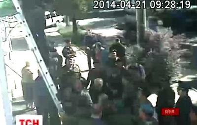 Видео, как крымская самообороны срывала украинский флаг со здания Меджлиса