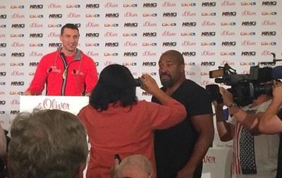 Бриггс ворвался на пресс-конференцию Кличко и бросил в него футболкой