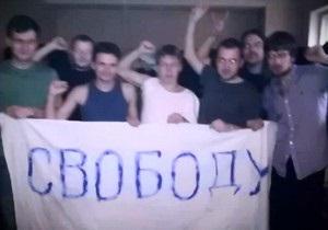 Задержанные в РФ оппозиционеры проявили солидарность с митингующими коллективным стуком в двери камер