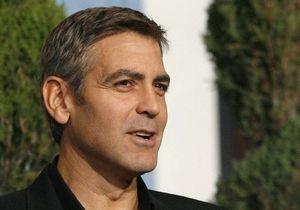 Клуни освободили после уплаты штрафа за нарушения у посольства Судана