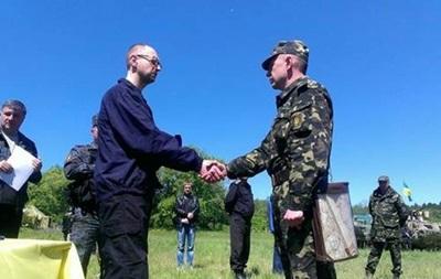 Яценюк привез украинским военным в Славянск четыре БТРа
