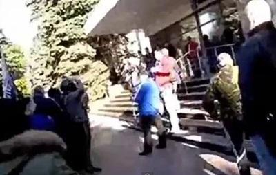 В Луганске пророссийские митингующие вошли в здание областного МВД