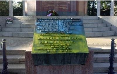 В Вене на памятнике советскому воину-освободителю нарисовали флаг Украины