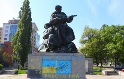 В Софии раскрасили памятник советским воинам в цвета флага Украины