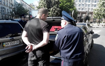 На площади Славы в Киеве задержали автомобиль с оружием