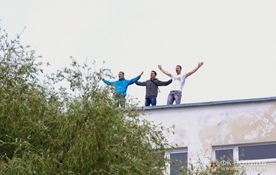 Фотогалерея: Как украинские фанаты на деревьях и крышах болели