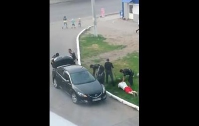 В сети появилось видео, как посреди Луганска на глазах детей похищают человека