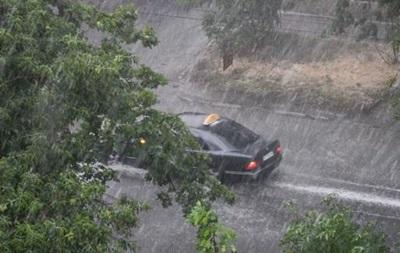 Прикарпатье заливают сильные дожди: повреждены дамбы и автомобильные мосты