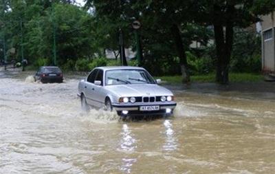 Во Львовской и Черновицкой областях из-за паводков перекрывают движение на автодорогах