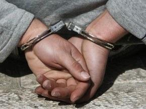 В Киеве поймали подростка, который снимал с машин геральдические знаки
