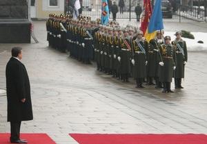Янукович поручил военным обеспечить  хорошую погоду  на 9 мая