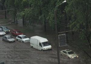 В центре Ивано-Франковска перекрыли движение для автомобилей из-за прорыва водопровода
