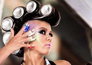 Братоголовая Руслана: певица с ирокезом и банками на голове сняла новый клип