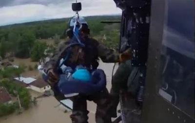 Балканы в воде: младенцев спасают вертолетами