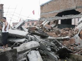 Десятки человек пострадали от обрушения фабрики в Индии