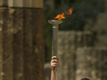 Олимпийская эстафета приостановлена из-за траура