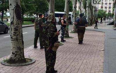 Власти Донецка просят горожан не ехать в центр из-за скопления людей в военной форме
