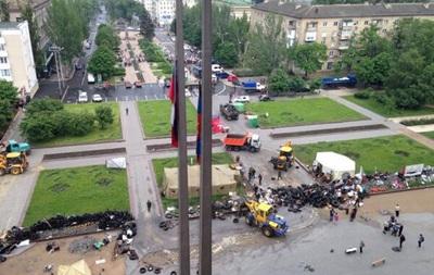 Возле Донецкой ОГА разбирают баррикады
