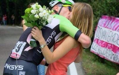Велогонщик прервал заезд, чтобы сделать своей девушке предложение