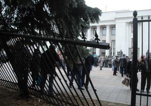 Нардепы отказались рассмотреть законопроект о сносе забора вокруг Рады