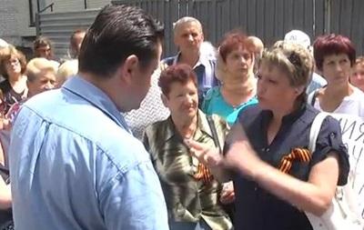 В Луганске десятки людей пикетировали местный телеканал