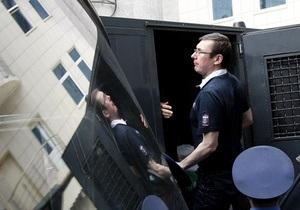 Сторонники Луценко попытались передать ему в колонию передачу