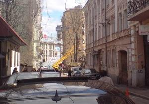 В переулке около Майдана Незалежности срезают деревья