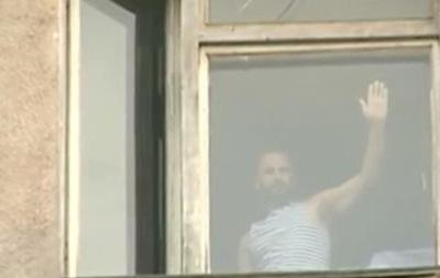 Раненые бойцы АТО приветствовали из окон госпиталя евромайдановцев в Харькове