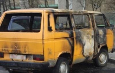 Ночью в Киеве загорелся микроавтобус