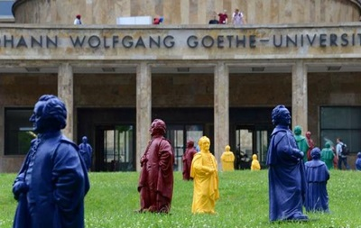 Во Франкфурте установили 400 разноцветных Гете
