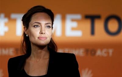 Анджелина Джоли получила от королевы Елизаветы II женский рыцарский титул