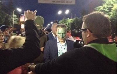Рудьковского облили зеленкой под посольством РФ