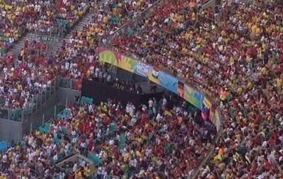 Немецкие фанаты на матче ЧМ-2014 вывесили плакат в поддержку Украины