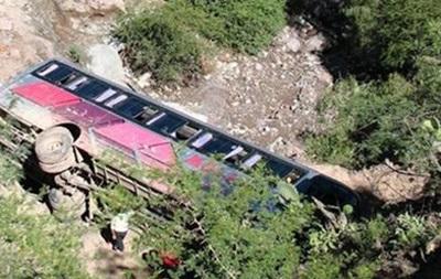 В Индии автобус с туристами упал в ущелье, погибло 11 человек