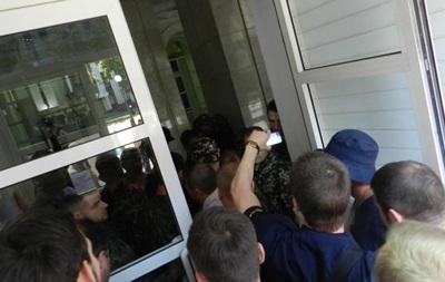 Неизвестные в камуфляже блокировали здание облсовета в Днепропетровске