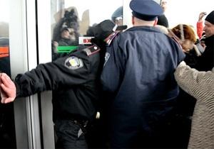 Вооруженные вилами пенсионеры выломали двери Донецкой ОГА и избили милиционера