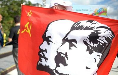 Российский фанат привез в Бразилию флаг с изображением Сталина и Ленина