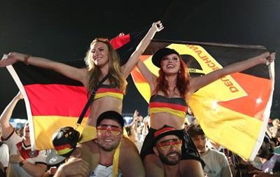 Фотогалерея. Немецкие красотки и зажигательные французы: Лучшие кадры фанатов на ЧМ-2014