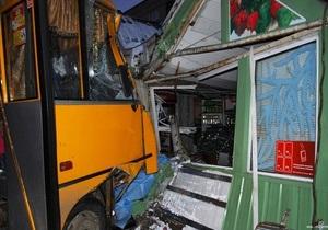 В Луцке водитель маршрутки насмерть сбил женщину на остановке и врезался в магазин