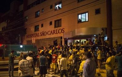 Фанаты приехали в госпиталь, чтобы поддержать травмированного Неймара