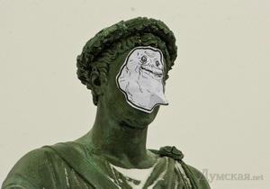 Forever Alone: На одесского Дюка нацепили бумажную маску