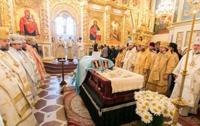 Тысячи людей прощаются в Лавре с митрополитом Владимиром