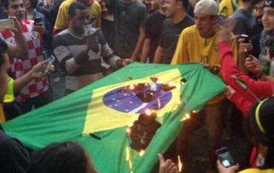 Фанаты сожгли флаг Бразилии после поражения сборной