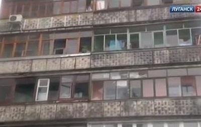 В Луганске под обстрел попал жилой дом: видео с места событий