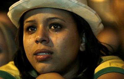 Фотогалерея. Как фанатки сборной Бразилии рыдали после разгрома от немцев